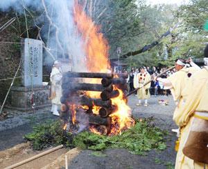 行者たちによる大護摩供=7日、新宮市の神倉神社