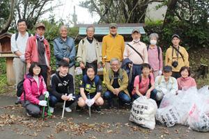清掃活動に参加した皆さん=28日、新宮市の高野坂